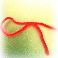 Красная нить на запястье: что значит, как завязать, кому носить